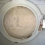 Vista interior del gabinete, orificio de la puerta. El óxido que se ve es provocado por residuos de jabón en polvo.