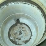 Detrás del tambor de lavado, lo negro que vemos son los restos de jabón líquido.